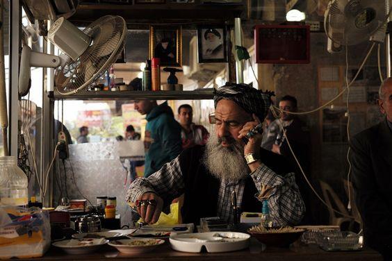 Ο Abu Ahmed είναι ο ιδιοκτήτης ενός πολύ δημοφιλούς εστιατορίου στο Al-Kharada Dakhel, στο οποίο συχνάζουν καλλιτέχνες και δημοσιογράφοι. Στους τοίχους κρέμονται  φωτογραφίες του de Mohammed Al-Sadr, σιίτη κληρικού και πατέρα του σιίτη πολιτικού Moqtada Al-Sadr. Φωτο: Hien Lam Duc
