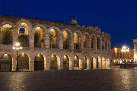 Unbedingt sehenswert ist die Arena von Verona, ehemals ein römisches Amphitheater, in der während der Sommermonate die berühmtesten Opern unter freiem Himmel aufgeführt werden.