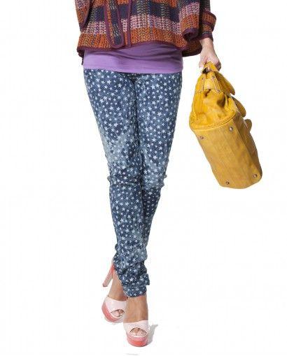 #PantalonPremamá Moda Tubo Jeans - Pantalón pitillo en tejido estampado con estrellas. 5 bolsillos y punto de barriga de viscosa elastano con goma ajustable.