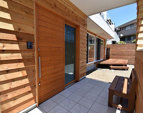 ガラス入りの玄関引戸 桧 ひのき を使った木製扉です やっぱりいい