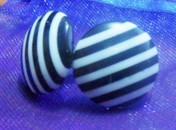 Aretes de botón en blanco/negro - by Be-Trend Bisuteria