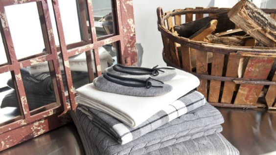 Landelijke woonkamer spiegel hout plaid bruin grijs wit