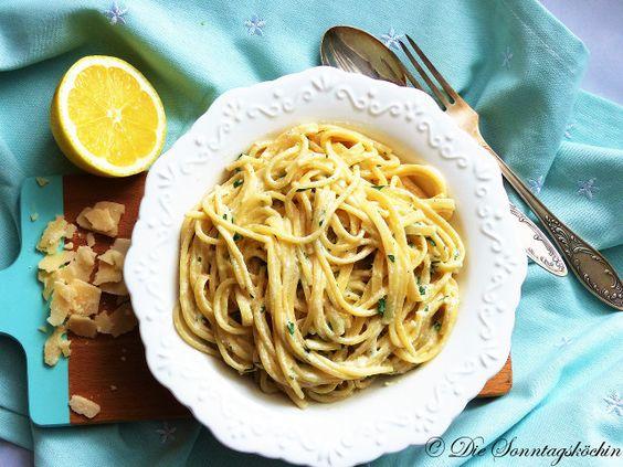 Schnelle Pasta in 15 Minuten fertig. Spagehetti mit Zitronen-Parmesan-Butter Soße. Ein bisschen Petersilie als Topping kommt immer gut.