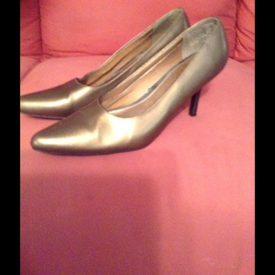 Shoes Bronze/gold like color-heels are dark No Boundaries Shoes