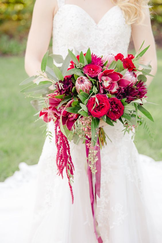 organic red fall wedding #bouquet @weddingchicks
