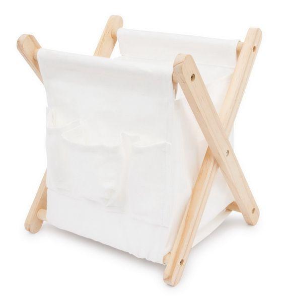 Klappbehälter aus Stoff. Dieser praktische Klappbehälter aus hellem Holz und reinem weißen Stoff passt perfekt in jedes Zimmer. Zum Aufbewahren von Zeitschriften, Spielzeug, Bausteinen eignet sich dieser Behälter. Der weiche Stoff schützt die Gegenstände im Inneren und sorgt dafür, dass der Inhalt nicht so leicht Schaden nimmt. Für diese Aufbewahrungsbox findet man in jedem Zimmer ein Plätzchen!