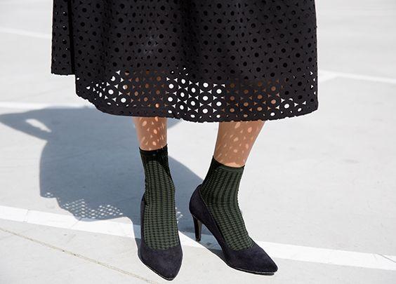 Afbeeldingsresultaat voor sandalen met hakken sokken