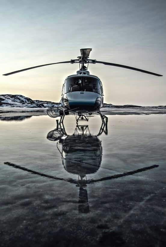 水面に着陸するヘリコプター