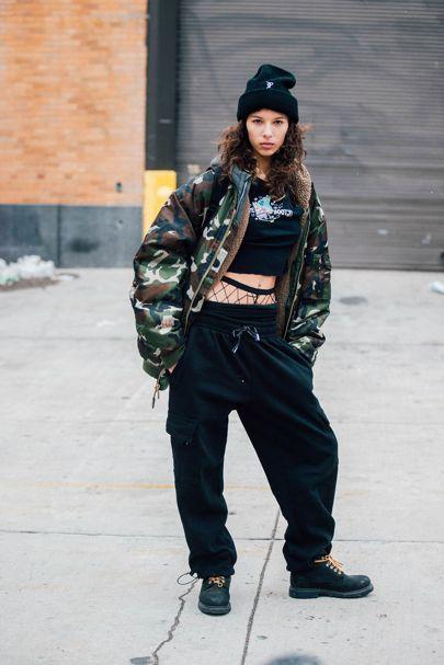 A meia calça arrastão está super em alta, na moda rua ela aparece assim acima do cós das calças.