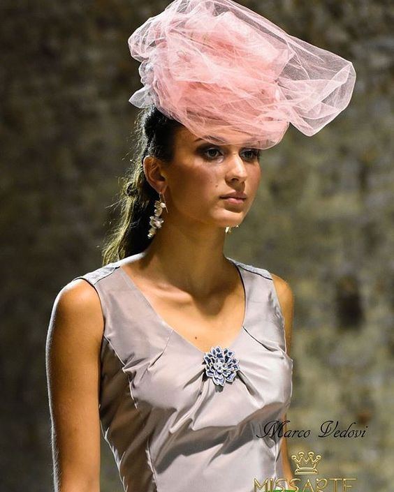 Un tocco di leggerezza in delicato tulle rosa... Accessori di modisteria artigianali. Sfilata @missartemodaitalia Abito: @cristinabertuccelli  Hairsyle: @michelacinini Gioielli: @rosannapasquini Foto: Marco Vedovi  #cappello #cappelli #hat #instalike #instafun #instalife #fashion #womenfashion #madeinitaly #livorno #madeinitaly #moda #modadonna #fascinator #artigianato #modisteria #modella #modelle #fashionphoto #accessori #stile #style #l4l #concorso #modella #modelle #bellezza #model #girl