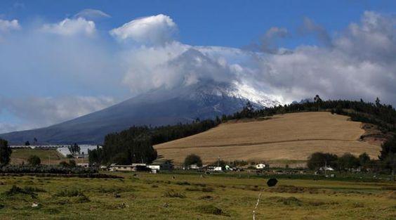 El volcán Cotopaxi se mostró despejado este lunes 17 de agosto. Foto: Glenda Giacometti/ EL COMERCIO