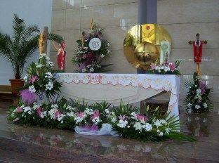 kompozycje na ołtarz - pierwsza komunia święta - lilie, margaretki