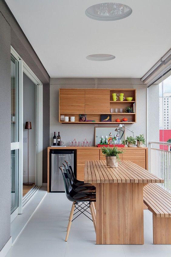 Apartamento tem sala e cozinha integradas em decoração prática e contemporânea: