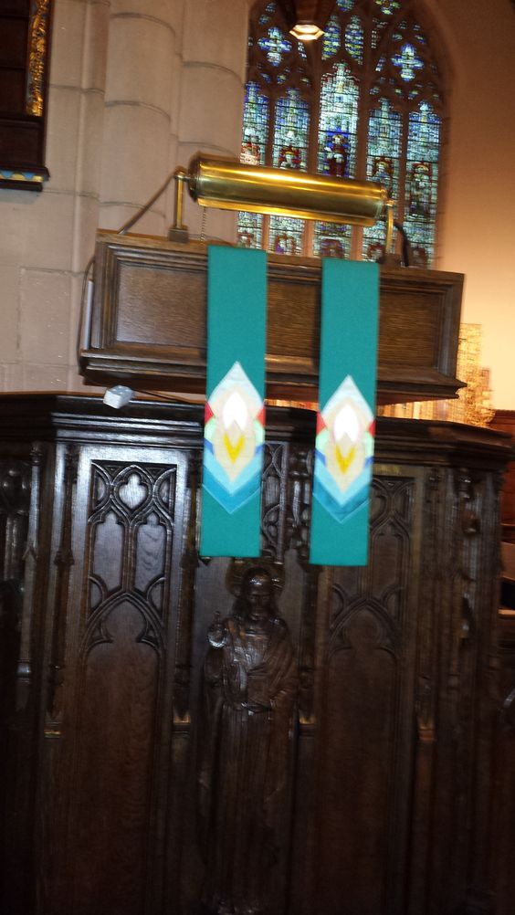 Antependium for the lectern: Ordinary Time (green).