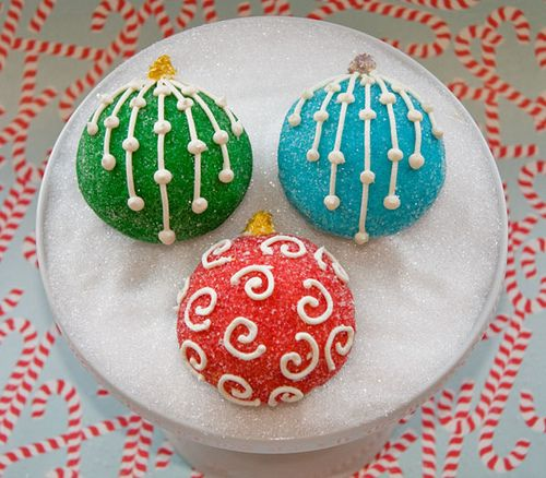 Gorgeous ornament cupcakes with dusting sugars and a little buttercream decorations. Magnifique!