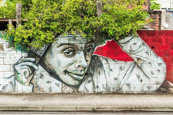 Street Art belebt urbane Räume und findet immer mehr Begeisterte. Es gibt sogar jetzt Streetart Guides, die man sich downloaden kann und die Kunstwerke abgehen kann: Wir stellen euch 3 Streetart Tours hier vor: http://www.fotos-fuers-leben.ch/fotokurs/street-art-fotografie/