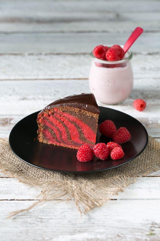 Sieht der Kuchen nicht herrlich aus? Ich bin ganz verliebt. Und das schöne Muster ist wirklich kein Hexenwerk und ziemlich flott gemacht. Auf jeden Fall hat der Kuchen beim Aufschneiden einen richt…