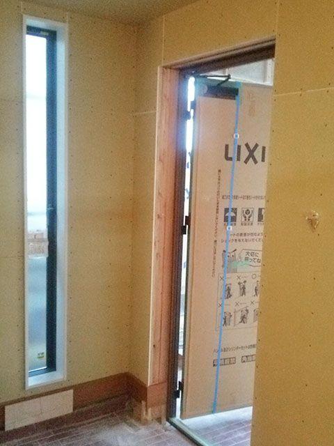 玄関ドア横のスリット窓 玄関 ホーム 玄関ドア