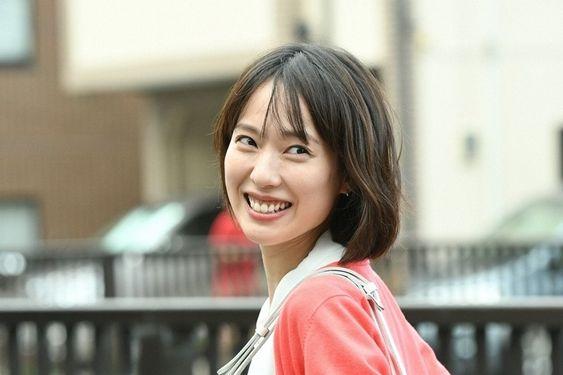 振り返りながら笑顔の戸田恵梨香さん