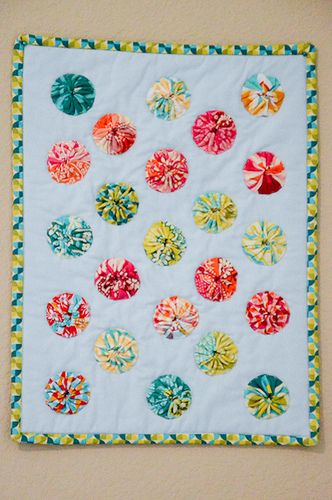 Season By hand Yo Yo Mini-3. http://jenniffier.blogspot.com/p/completed-quilts.html: