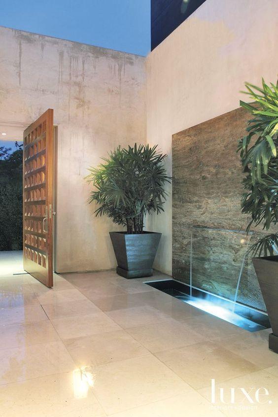 Bella fuente rectangular con luz celeste ideal para decorar el jardín Fuentes de agua interiores Entradas de casas Patio moderno