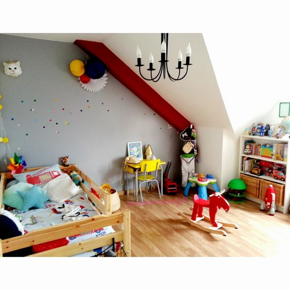 """Au mur : stickers confettis """"Studio jolis mômes"""" (www.studiojolismomes.com) chez La vie comme un confetti"""