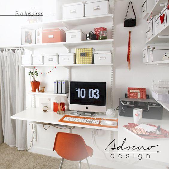 Nos escritórios, as prateleiras podem ajudar a limpar bastante espaço das mesas para que o trabalho tenha o menor número de distrações possível; inspiração super válida para quem trabalha em regime de home office. #PraInspirar #AdornoDesign