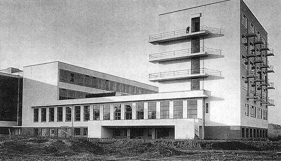 Walter Gropius- École du Bauhaus, 1919, Weimar  Walter Gropius est un architecte, designer et urbaniste allemand, plus tard naturalisé américain. Il est le fondateur du Bauhaus, mouvement clé de l'art européen de l'entre-deux-guerres et porteur des bases du style international. (1883-1969)