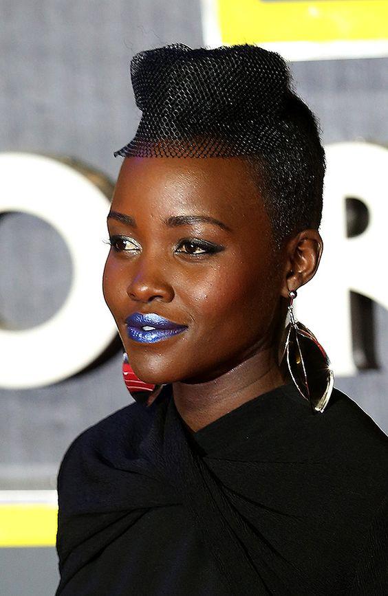 O maquiador de Lupita Nyong'o, Nick Barose, revela quais produtos e principalmente, qual é a sombra que usou para deixar os lábios da atriz azuis e metálicos essa se...: