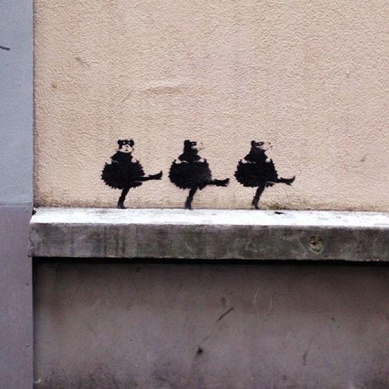 """""""Ratos anarquistas"""" dançam o Can-Can em grafites nas ruas de Paris. Obra de Banksy ou de um impostor? Veja mais em: http://semioticas1.blogspot.com.br/2012/11/banksy-guerra-e-grafite.html"""