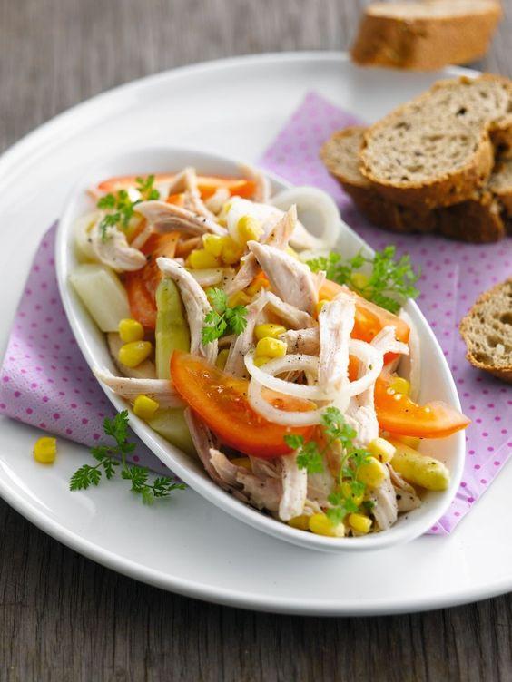 Bereiden:Kruid de kip goed met peper van de molen en zout, ook in de borstholte. Bak ze kort aan in de boter en zet ze dan 40 minuten in de oven op 175°C. Overgiet regelmatig met de braadsappen om de kip sappig te houden en het vel knapperig.Schil ondertussen de asperges, breek het harde uiteinde af en kook ze in gezouten water gaar in 5 minuten, ze mogen nog knapperig zijn. Haal ze uit het kookvocht en laat ze uitlekken. Snijd ze in schuine stukken van ongeveer 2 cm lang.