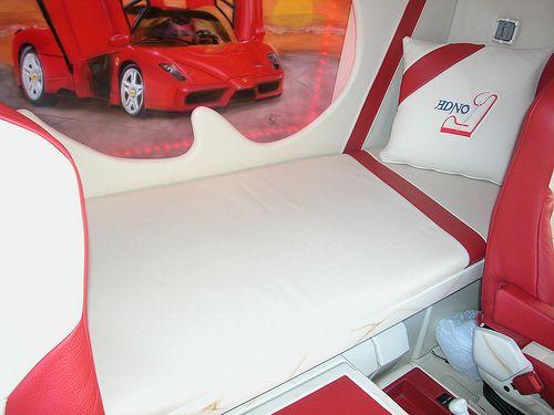 Wanden,dak, stoelen, motortunnel, vloermatten, matras en kussens in leder.