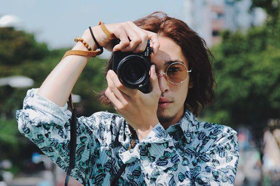 カメラを構える窪塚洋介