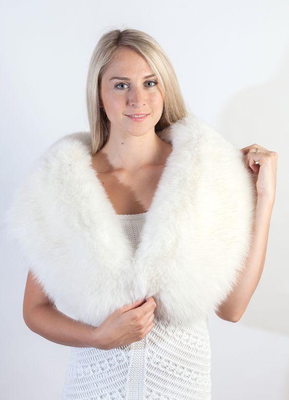 Stola in pelliccia in candida e soffice volpe bianca naturale, ideale per le spose d'inverno e per un matrimonio invernale unico.  www.weddingfur.it
