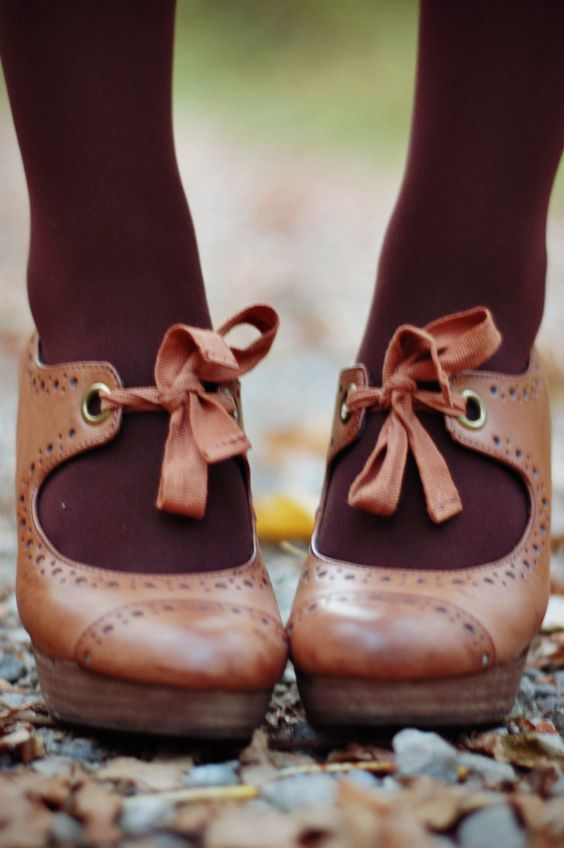 now, this is what I could do with my maryjanes with a slightly too short strap... really cute!: