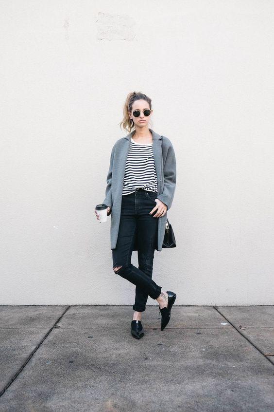 Den Look kaufen:  https://lookastic.de/damenmode/wie-kombinieren/mantel-t-shirt-mit-rundhalsausschnitt-enge-jeans-slipper-umhaengetasche-sonnenbrille/7454  — Schwarze Sonnenbrille  — Weißes und schwarzes horizontal gestreiftes T-Shirt mit Rundhalsausschnitt  — Schwarze Enge Jeans mit Destroyed-Effekten  — Grauer Mantel  — Schwarze Leder Umhängetasche  — Schwarze Leder Slipper
