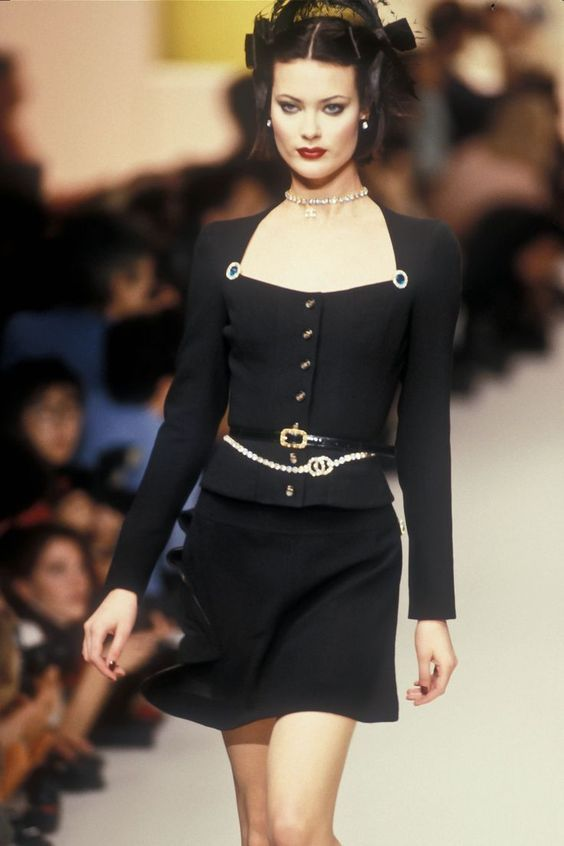 Chanel Available At Luxury Vintage Madrid In 2020 Runway Fashion Couture Fashion Couture Fashion