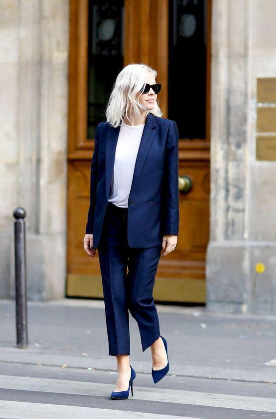 #GuitaModa. Terninho azul marinho, blusa branca, calça de alfaiataria, scarpin azul marinho