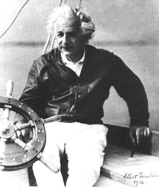 船のハンドルの前に座っているアルベルト・アインシュタインの壁紙・画像