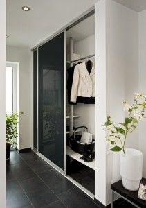 garderobe im eingangsbereich mit schiebet r system haus. Black Bedroom Furniture Sets. Home Design Ideas