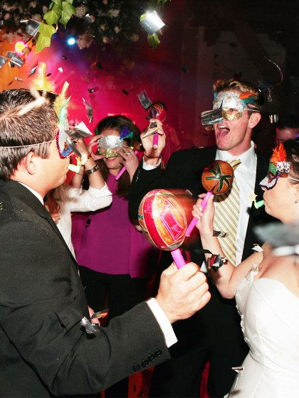 14.Cinderella-Tanz:Jede Frau zieht einen Schuh aus und legt ihn in die Mitte der Tanzfläche. Dann sind die Männer dran und dürfen sich aus dem aufgetürmten Schuhberg einen Schuh aussuchen. Wenn jeder Mann die Besitzerin des von ihm ausgesuchten Schuhes gefunden hat, tanzen die so entstanden Pärchen zusammen.Perfekt für: Hochzeiten, auf denen sich die Tanzfläche nicht füllt