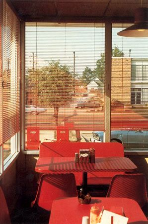 William Eggleston. William Eggleston nace en Memphis, Tennessee ( EE UU ) en julio del 1939. Su interés por la fotografía se remonta a 1962, cuando descubre el trabajo de Walker Evans y de Henry Cartier-Bresson. A partir de 1966 se inclina por la fotografía en color. Es considerado un pionero entre los fotógrafos contemporáneos por su exploración del potencial artístico de la fotografía en color. Reto Visual 7, Uso formal del color.