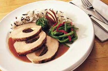 LONGE DE PORC FARCIE AUX FRUITS . Accompagner de haricots verts cuits à la vapeur rehaussés de lanières de poivron rouge, ainsi que d'un mélange de riz blanc et de riz sauvage. Cuisson : 30-50 min.