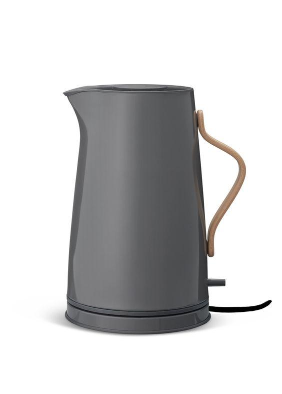 Endlich mal ein schöner Wasserkocher! Stelton hat einen Wasserkocher entwickelt, der elegant und schlicht ist und dazu noch jede Küchenzeile ein bisschen verschönert. Der dunkelgraue Wasserkocher aus der Emma-Produktlinie...
