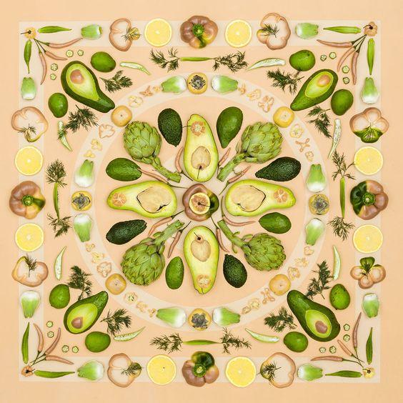 Was dabei herauskommen kann, wenn man eben doch mit Essen spielt, zeigt Künstlerin Amber Locke, die mit frischem Obst und Gemüse Kunstwerke schafft.