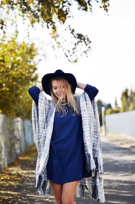 Blaues Kleid mit Poncho