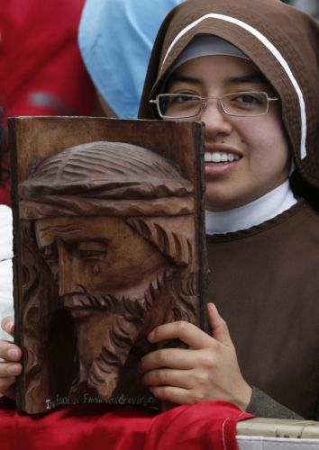 A NUN HOLDS AN IMAGE OF JESUS CARVED ONTO WOOD AS POPE FRANCIS LEADS HIS GENERAL AUDIENCE IN ST. PETER'S SQUARE AT THE VATICAN APRIL 23. (CNS PHOTO/PAUL HARING) #popeFrancis #pausFranciscus