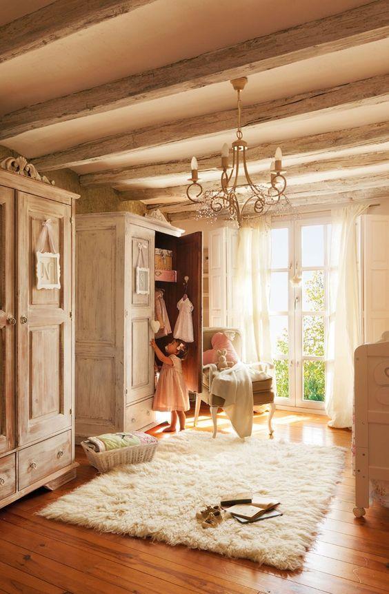 Dormitorio infantil  Lámpara de techo diseñada por Pamela Köster. Cortinas de lino, en Filocolore. Libros antiguos en el suelo del anticuario Antonio Gajón.