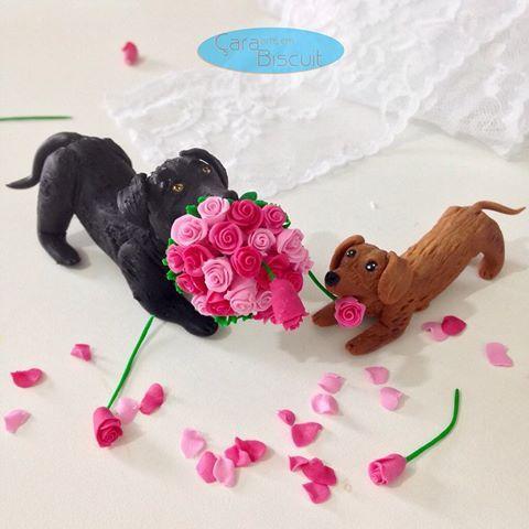 E adivinhem o que vem por aí? 😍 cachorrinhos + buquê = bagunça na certa!! Rsrs 😊😜😂🐾 #destruindoobuque #noivinhospersonalizados  #caraarteembiscuit #topperswedding #noivinhos #topodebolocasamento #topodebolodiferente #cachorrinhos #animaldeestimação #buquerosa #universodasnoivas #voucasar #wedding #weddingcaketoppers