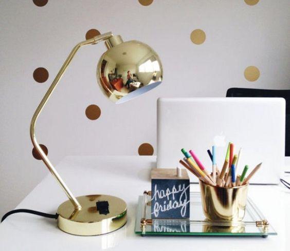 Lindo home office Glam luminária dourada: